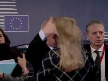 Polémico gesto de Jean Claude Juncker con una mujer