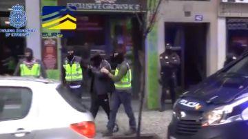 Imagen del momento de la detención de los responsables de la sección en español de la web neonazi
