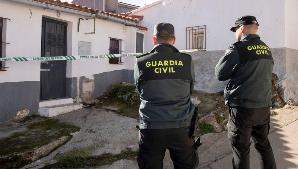 Efectivos de la Guardia Civil custodian la vivienda de la joven zamorana Laura Lelmo, desaparecida desde el miércoles
