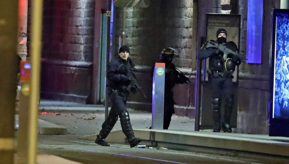 Policías franceses custodian la zona durante un operativo en el distrito Neudorf, en Estrasburgo