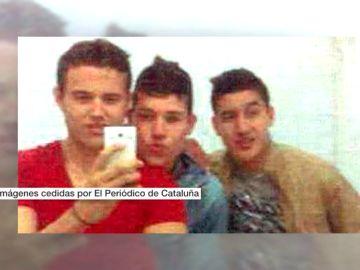Selfies o posando en la Plaza de Cataluña: salen a la luz nuevas imágenes de los terroristas de Barcelona