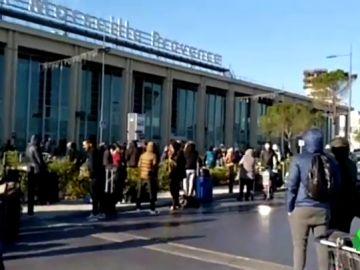 Los pasajeros del aeropuerto de Marsella, desalojados por las fuerzas de seguridad francesas