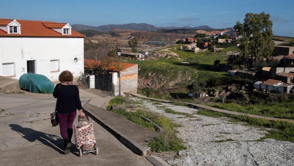 Una mujer camina por el lugar por donde solía salir para practicar deporte la joven zamorana Laura Lelmo