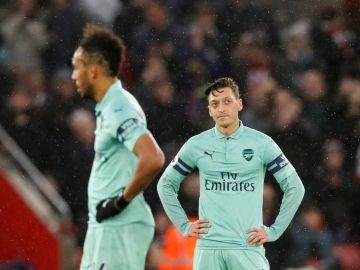 Mesut Özil y Pierre-Emerick Aubameyang se lamentan tras un gol del Southampton