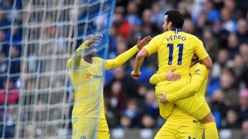 Pedro y Hazard celebran un gol