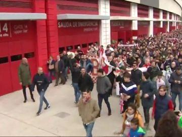 """Miles de aficionados del Sevilla estallan contra Pepe Castro: """"¡El Sevilla no se vende!"""""""