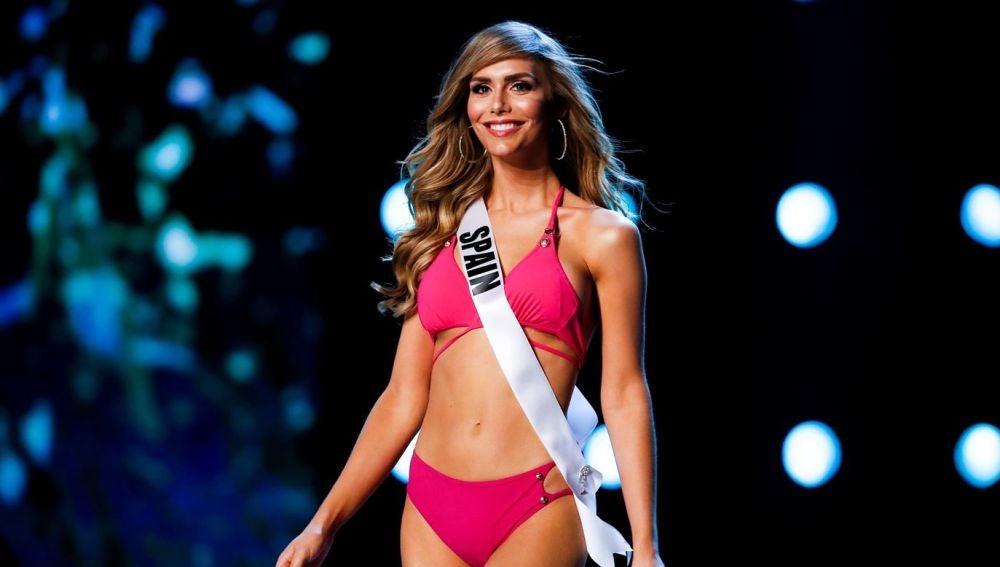 Ángela Ponce desfilando en Miss Universo