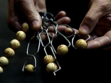 Detalle de los las bolas a su llegada al Teatro Real