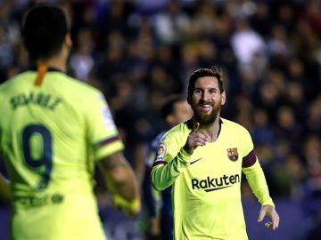 Leo Messi celebra un tanto con Luis Suárez