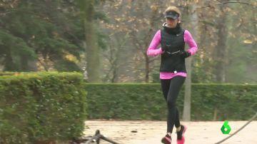Una mujer corre sola