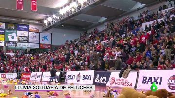 La solidaria escena antes de un partido de baloncesto: lluvia de peluches para repartir entre los niños más necesitados
