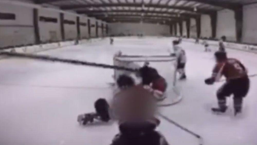 La agresión de un jugador en una liga de hockey hielo de adolescentes