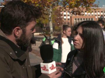 Gonzo entrevistando a estudiantes