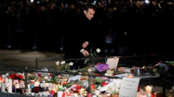 El presidente francés, Emmanuel Macron, deposita una flor en un recuerdo a las víctimas del atentado en Estrasburgo (Francia).