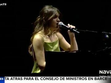 """La """"naturalidad"""" de Amaia interrumpe en una actuación por un incidente con el micrófono"""