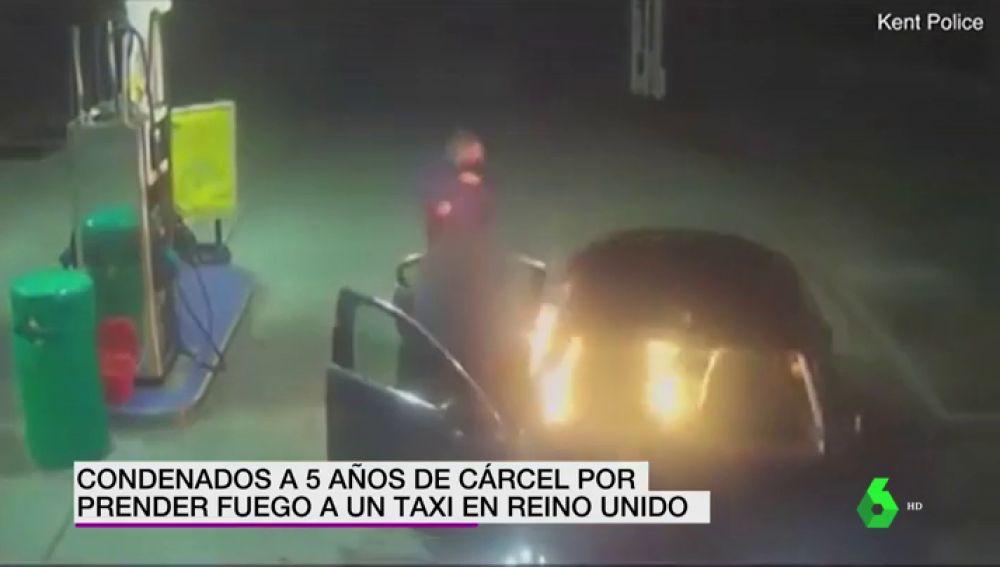 Un hombre prende fuego a un taxi en Reino Unido