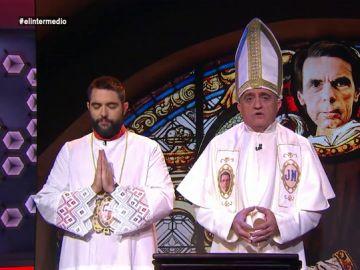 """El papa de la iglesia aznariana y su monaguillo, Dani Mateo, rezan en El Intermedio para que su dios Aznar les ayude a resolver """"el conflicto secesionista""""."""