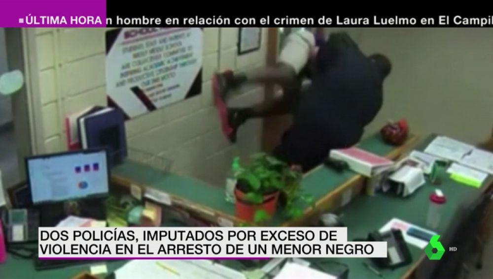 Un policía ataca a un adolescente negro por detrás y le hace una salvaje llave de lucha libre