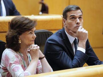 Pedro Sánchez y Carmen Calvo en la la sesión plenaria del Senado.