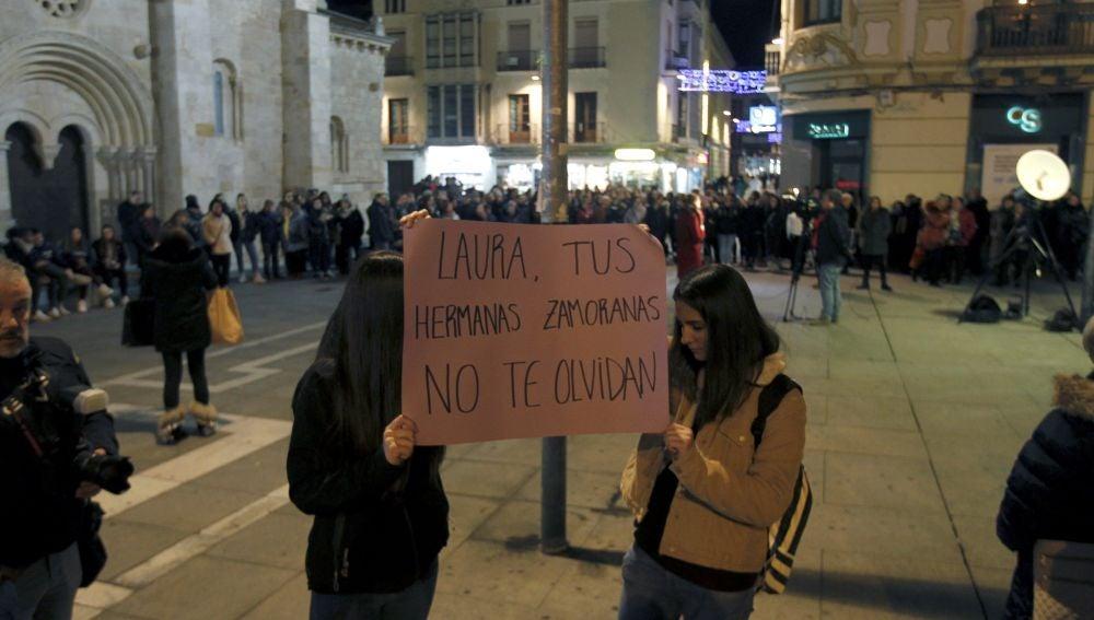 Doscientas personas se concentran en silencio por Laura Luelmo