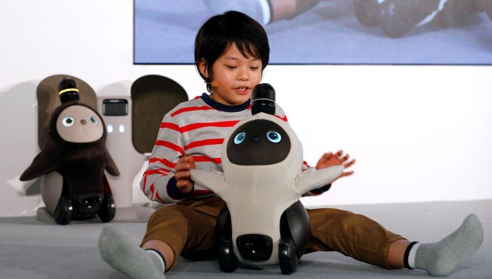Un niño interactúa con el nuevo robot doméstico 'Lovot', de la compañía Groove X
