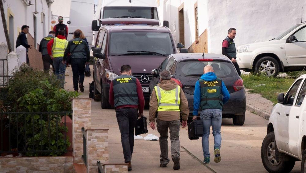 Efectivos de la UCO Guardia Civil se dirigen a una vivienda en El Campillo