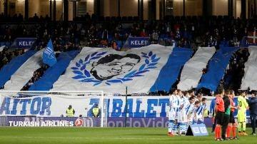 Los aficionados de la Real Sociedad homenajean a Aitor Zabaleta