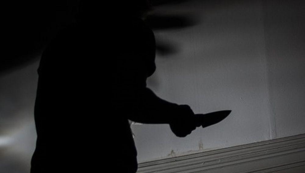 Madre apuñala a los tres violadores de su hija, mata a uno