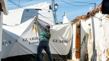 Agentes de la Guardia Civil en la casa de Bernardo Montoya