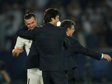 Solari felicita a Bale durante el partido contra el Kashima