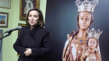 Cuca Esperanza junto a una imagen de la Virgen de la Esperanza.