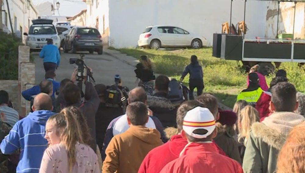 Vecinos de El Campillo rompen el cordón policial ante la casa de Montoya