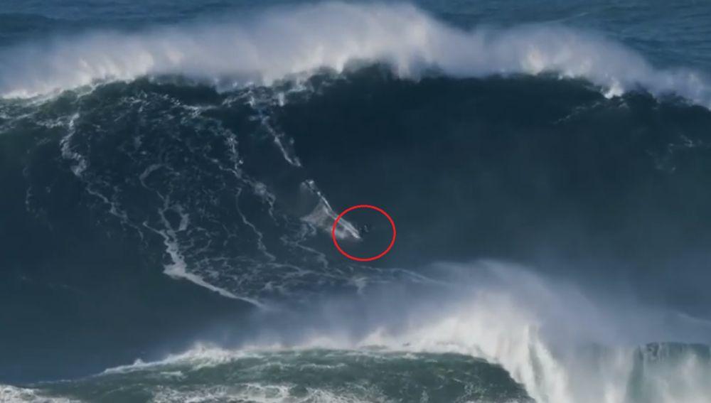 Tom Butler surfea una ola que podría haber llegado a los 30 metros