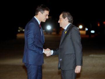 El presidente del Gobierno, Pedro Sánchez, saluda al presidente de la Generalitat, Quim Torra