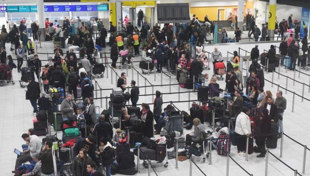 Varias personas esperando en el Aeropuerto de Gatwick (Londres)