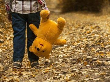 Un niño camina por la calle