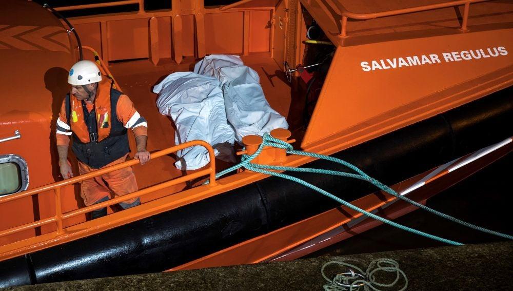 Los cuerpos de dos de los tres marineros fallecidos en el naufragio