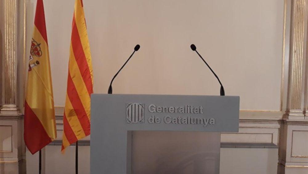 La bandera española luce en lugar preferente en la sede del encuentro entre Sánchez y Torra