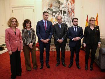 Sánchez y Torra posan con las ministras y consellers tras su reunión en Pedralbes