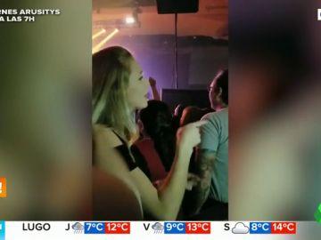 El vídeo de una chica traduciendo al lenguaje de signos un concierto de rock a su padre sordo que ha conmocionado Internet