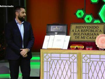 El bañador de Rato, las cremas de Cifuentes o el TFM de Casado: los objetos donados por los políticos para el telemaratón solidario de El Intermedio