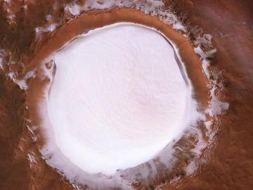Korolev, el cráter de hielo en Marte que tiene 18 kilómetros de diámetro y 1,8 kilómetros de profundidad.