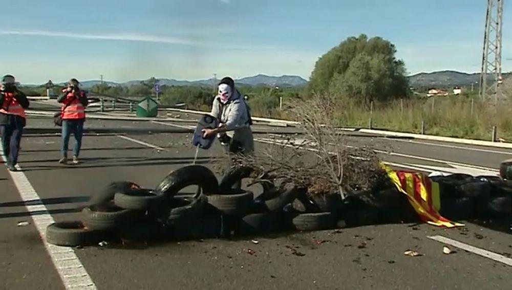 Los CDR prenden una barricada que corta la AP-7 en L'Ampolla tras tres avisos de los Mossos