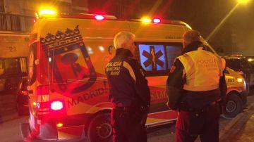 Una ambulancia y dos policías en Madrid (Archivo)