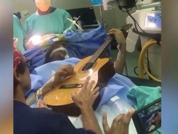 El impactante momento en el que un músico de jazz toca la guitarra mientras es operado de un tumor cerebral