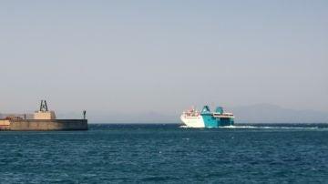 El buque, sin propulsión, ha solicitado un remolcador para regresar a Ceuta