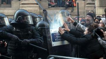 Mossos d'Esquadra frente a simpatizantes independentistas