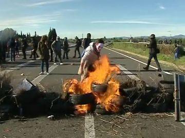 Los CDR prenden una barricada que corta la AP-7 en L'Ampolla