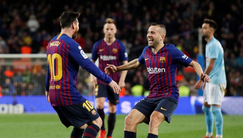 Messi y Jordi Alba se abrazan tras el gol del argentino al Celta