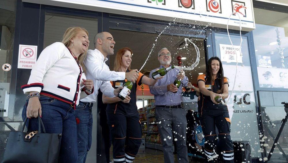 Los propietarios y empleados de una administración celebrando el Gordo de la Lotería de Navidad.